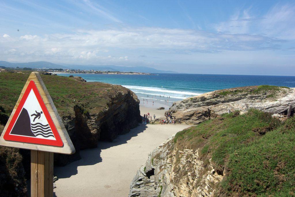 Ruta por la costa Playa de las Catedrales. Señales de peligro