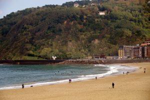 Playa de La Zurriola. Llena sus aguas con surferos. Escapada a San Sebastián.