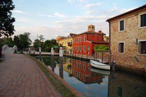 Vista del pueblo de Torcello, al fondo se puede ver la torre de la iglesia más antigua de Venecia.