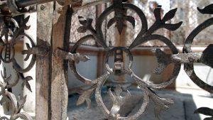 Detalle del forjado que rodea las arcas funerarias. Se aprecia la escalera, símbolo del linaje.
