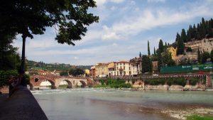 Vista del Ponte Pietra de Verona. Camino al Castel San Pietro.