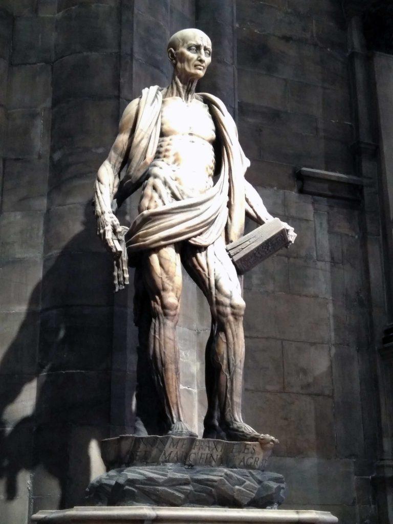 Estatua de San Bartolomé en el Doumo de Milán.