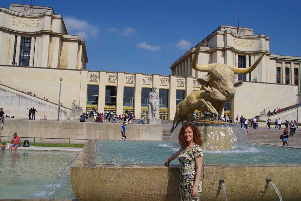 Plaza del Trocadero. Vista de la estatua del Toro y el gamo.