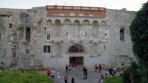 Puerta puerta septentrional, Diocleciano la cruzó por primera vez el 1 de junio de 305 cuando por primera vez entró en el Palacio