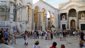 El Peristilo es un gran patio rodeado de altas columnas de mármol.