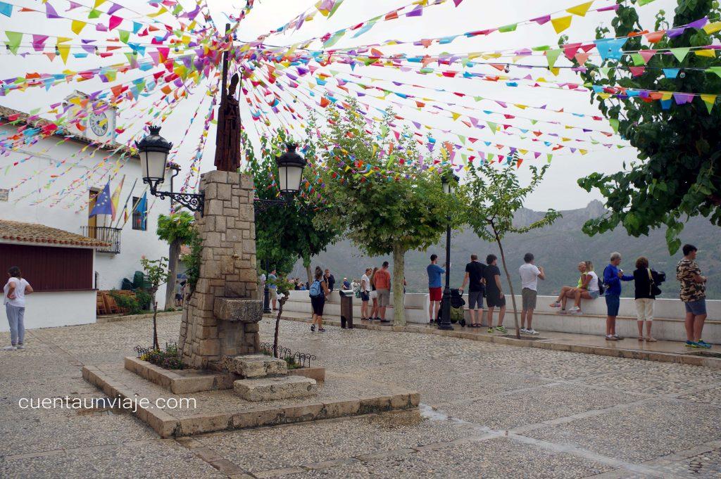 La plaza San Gregorio en el pueblo de Guadalest de Alicante